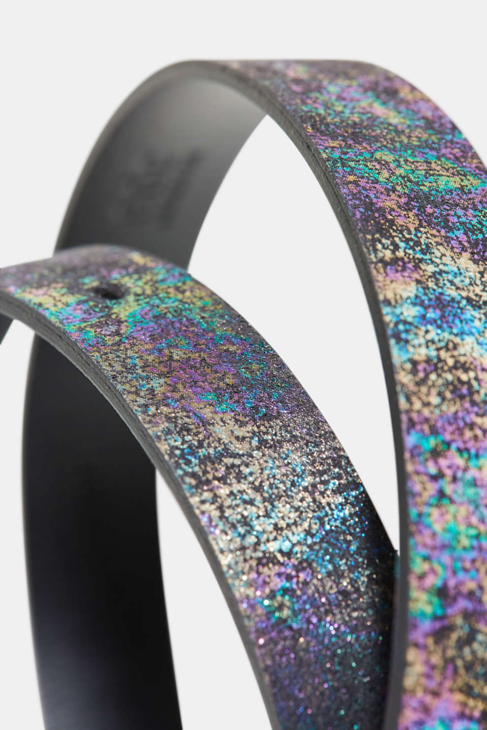 Leather belt with holographic texture