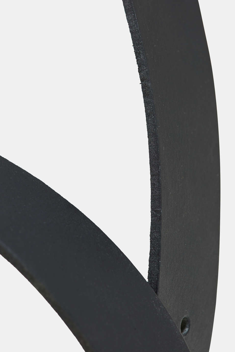 Leather belt in a monochrome look