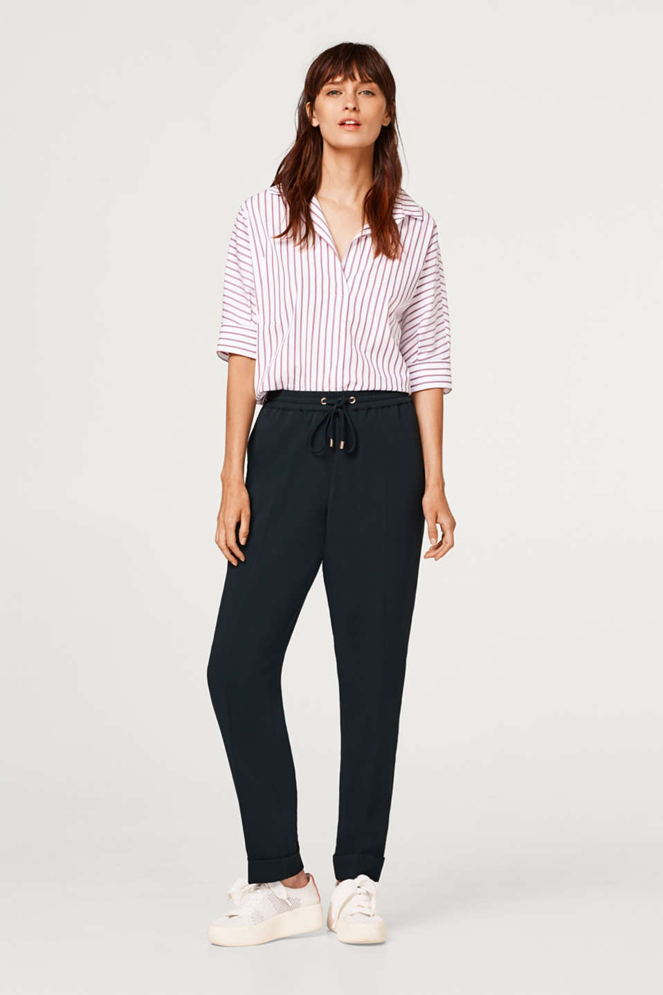 Esprit - Cropped crêpe trousers in a tracksuit bottoms style