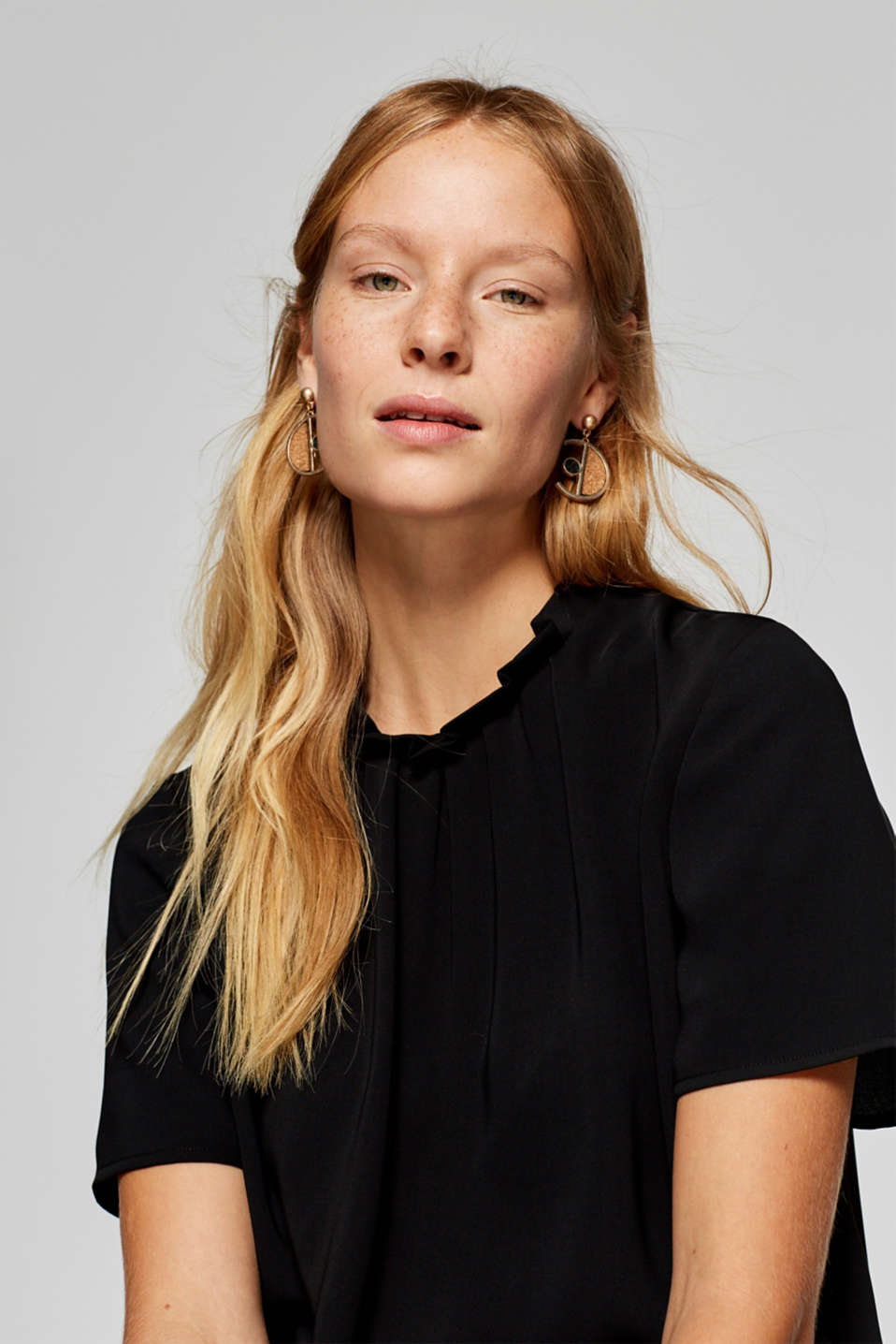 Esprit - Cropped blouse with a frilled collar