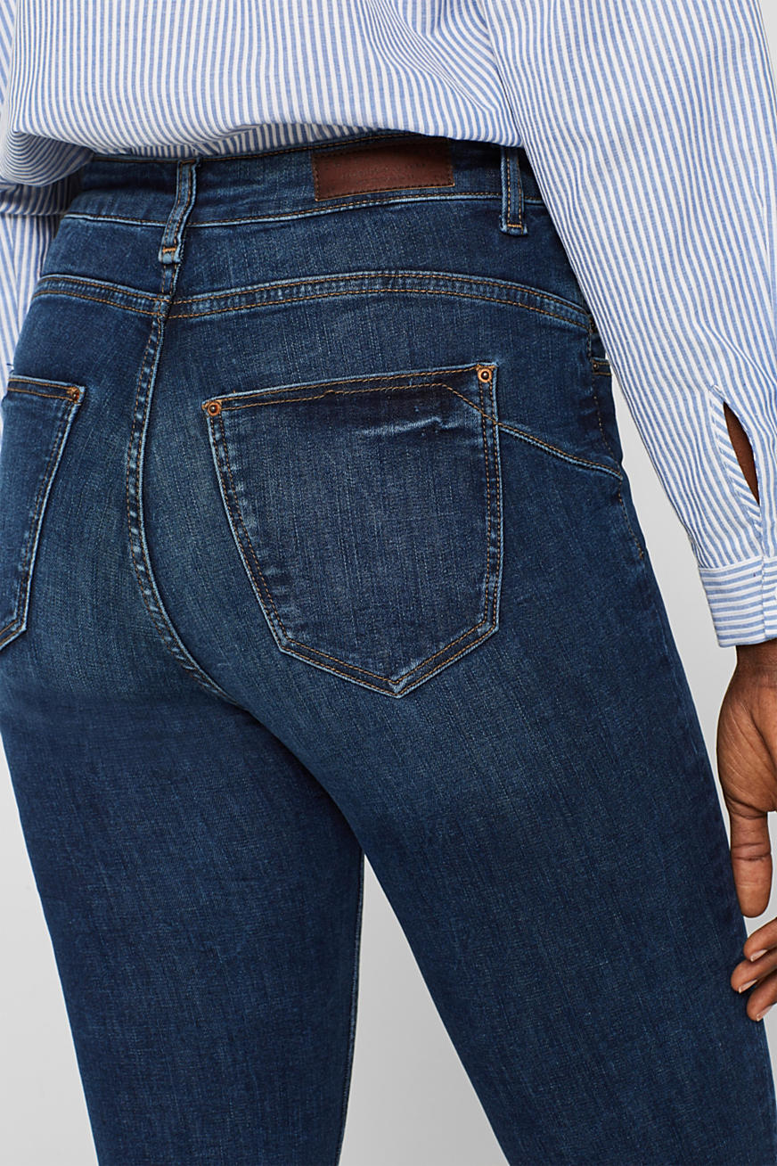 Figure-shaping jeans with garment-washed effects