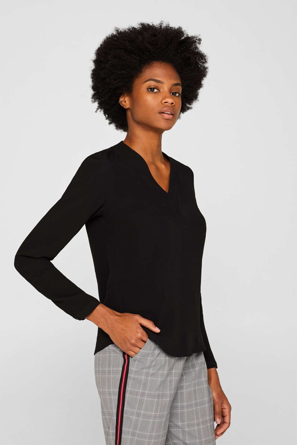 Textured blouse with a new V-neckline