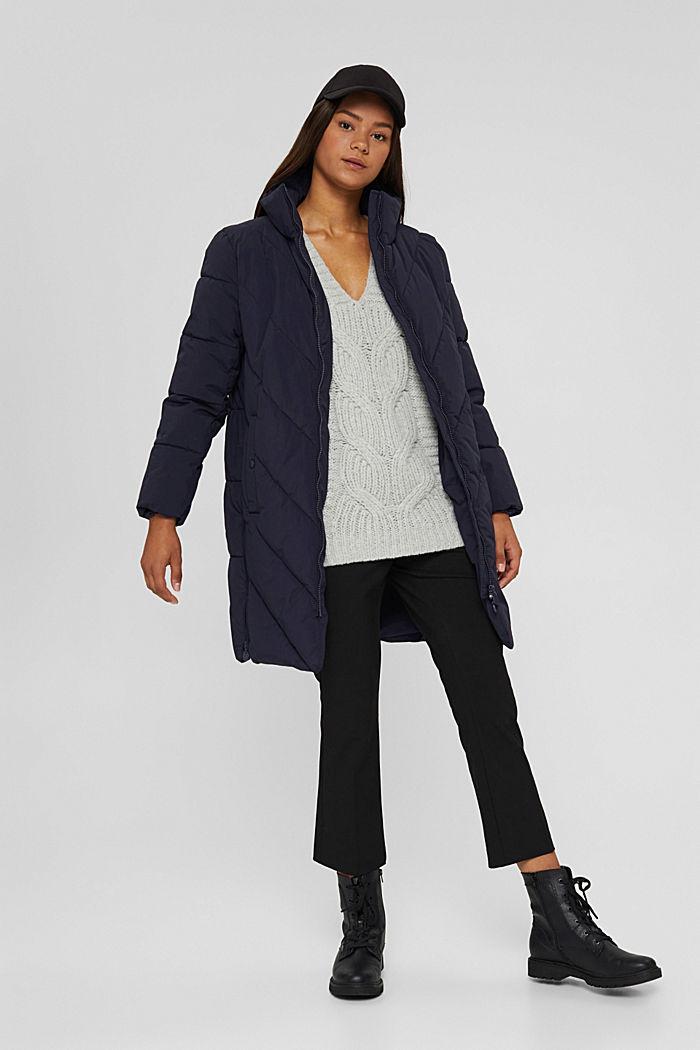 En matière recyclée: le manteau matelassé zippé à la base