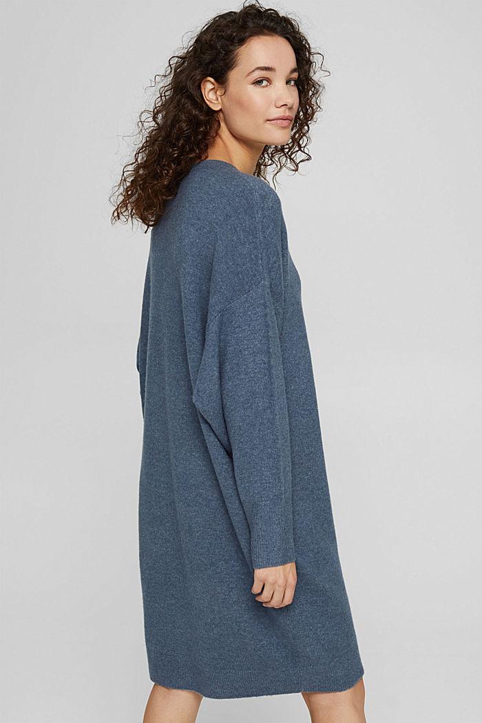 Con lana: vestido de punto con diseño de corte en O