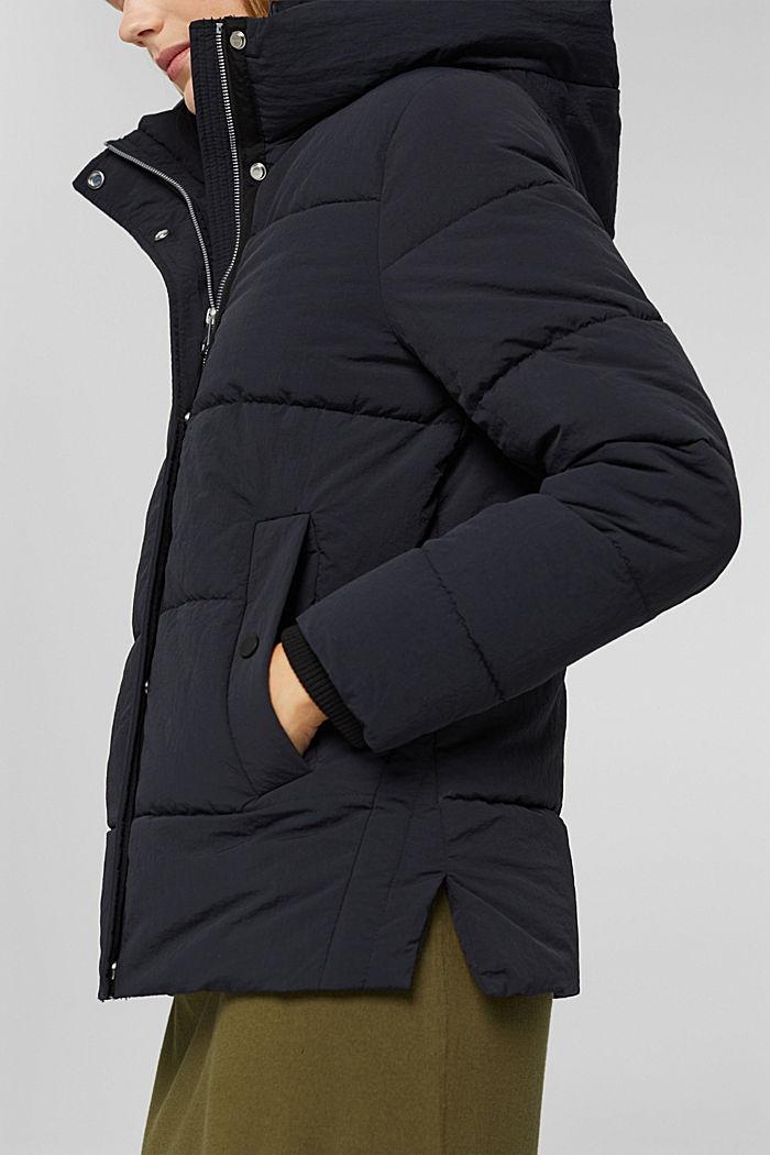 En matière recyclée: la veste matelassée froissée à capuche, BLACK, detail image number 2