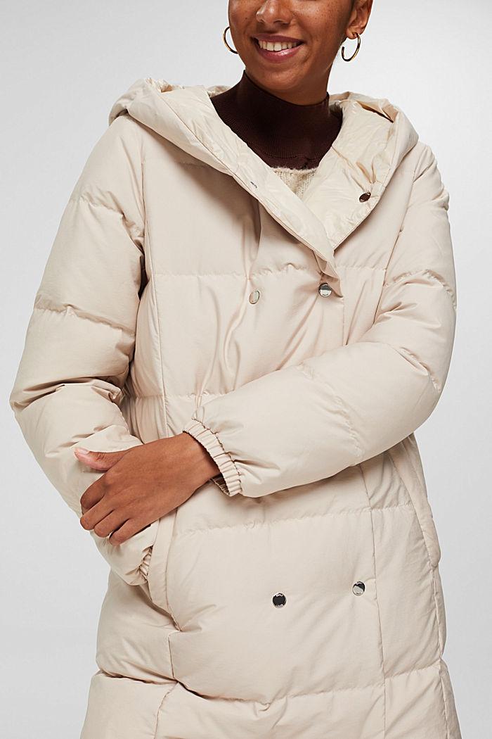 En matière recyclée: manteau réversible en duvet durable