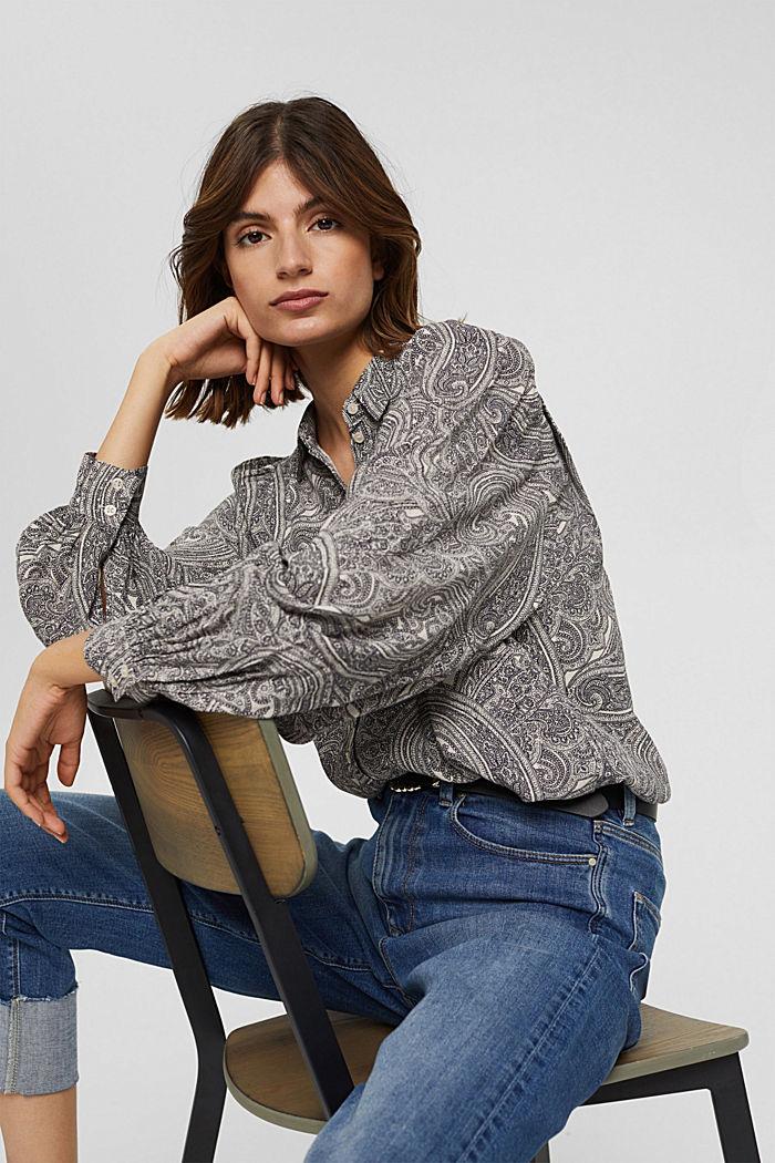 Blusa con mangas llamativas y estampado paisley