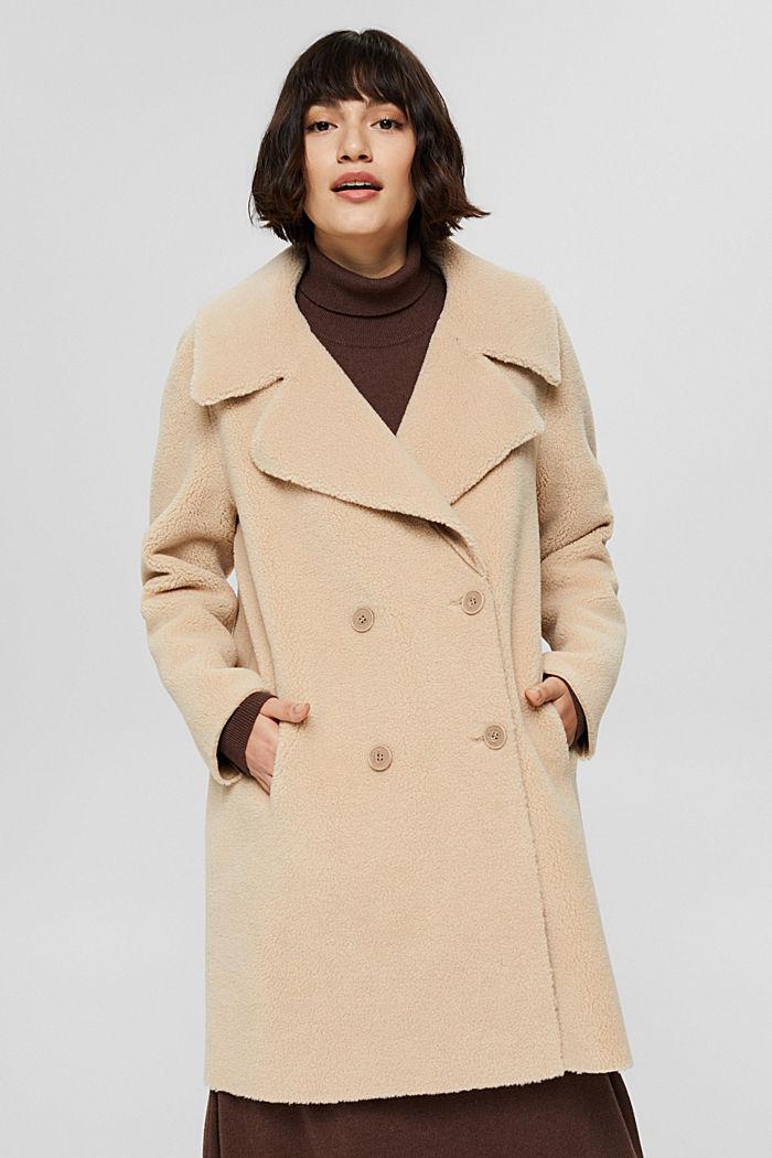 Med ull: kappa i fårpälslook