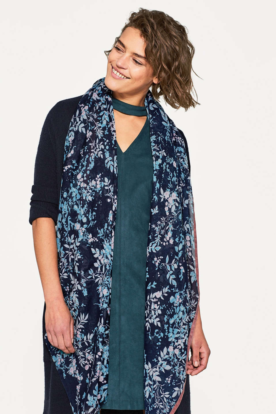 Woven scarf with a floral pattern
