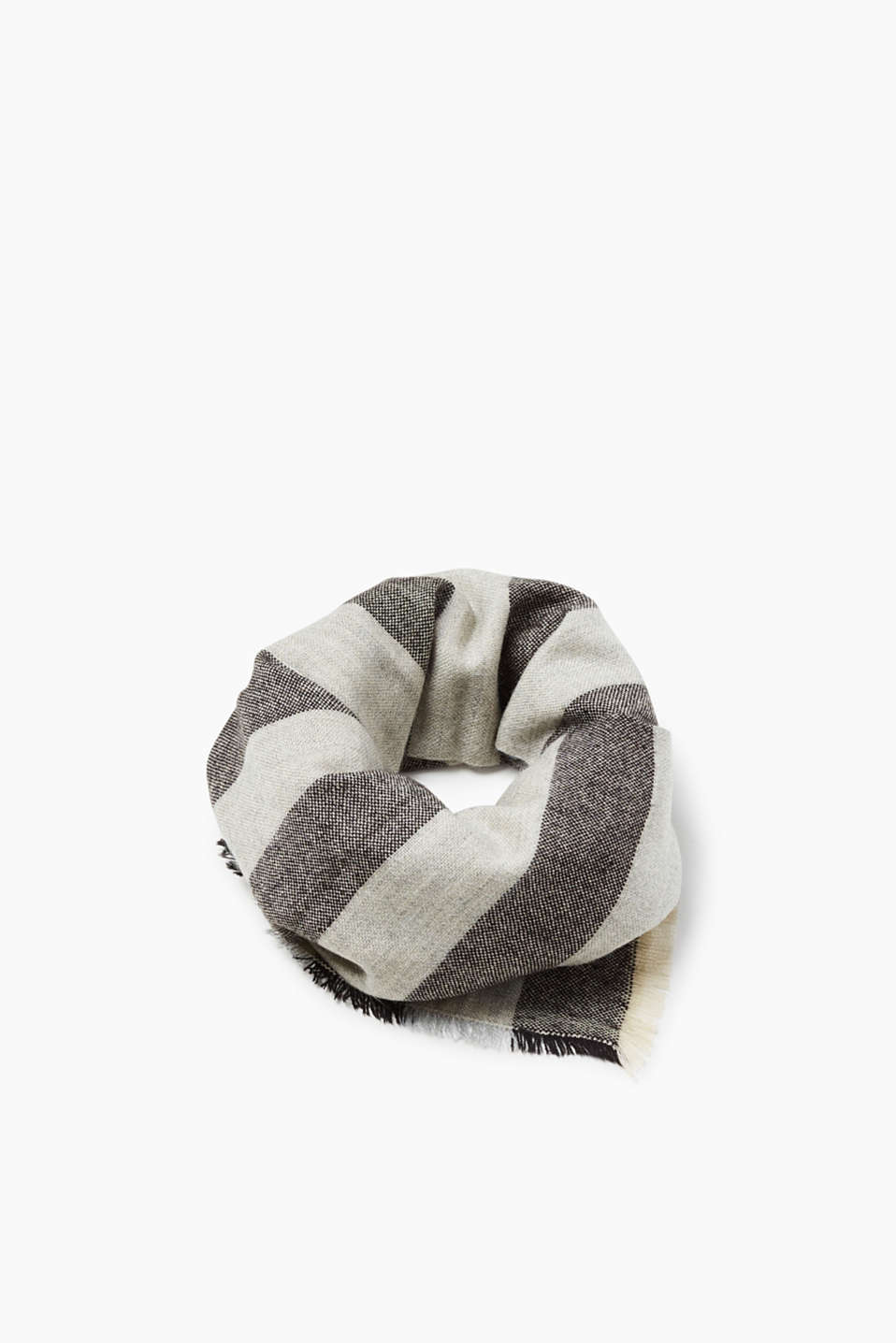 A smart finish for your look! Scarf with interwoven stripes and fine fringing