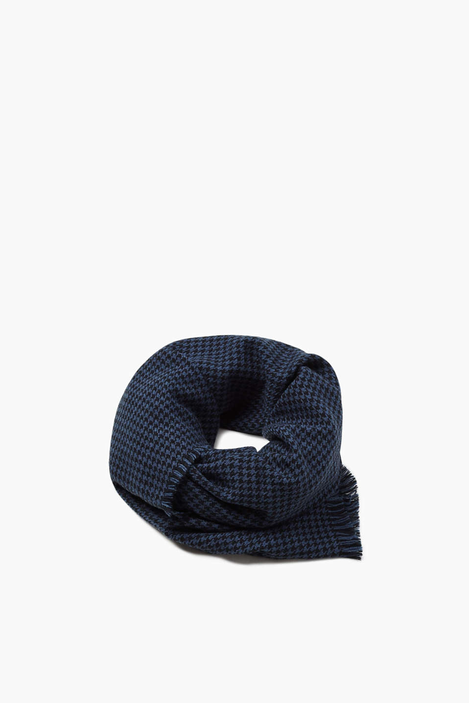 This scarf with a houndstooth pattern is stylish, soft and warming