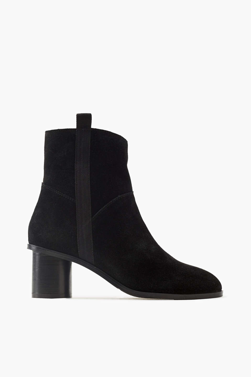 Deep black suede and a stylish cylinder heel – these ankle boots will be your autumn favourite!