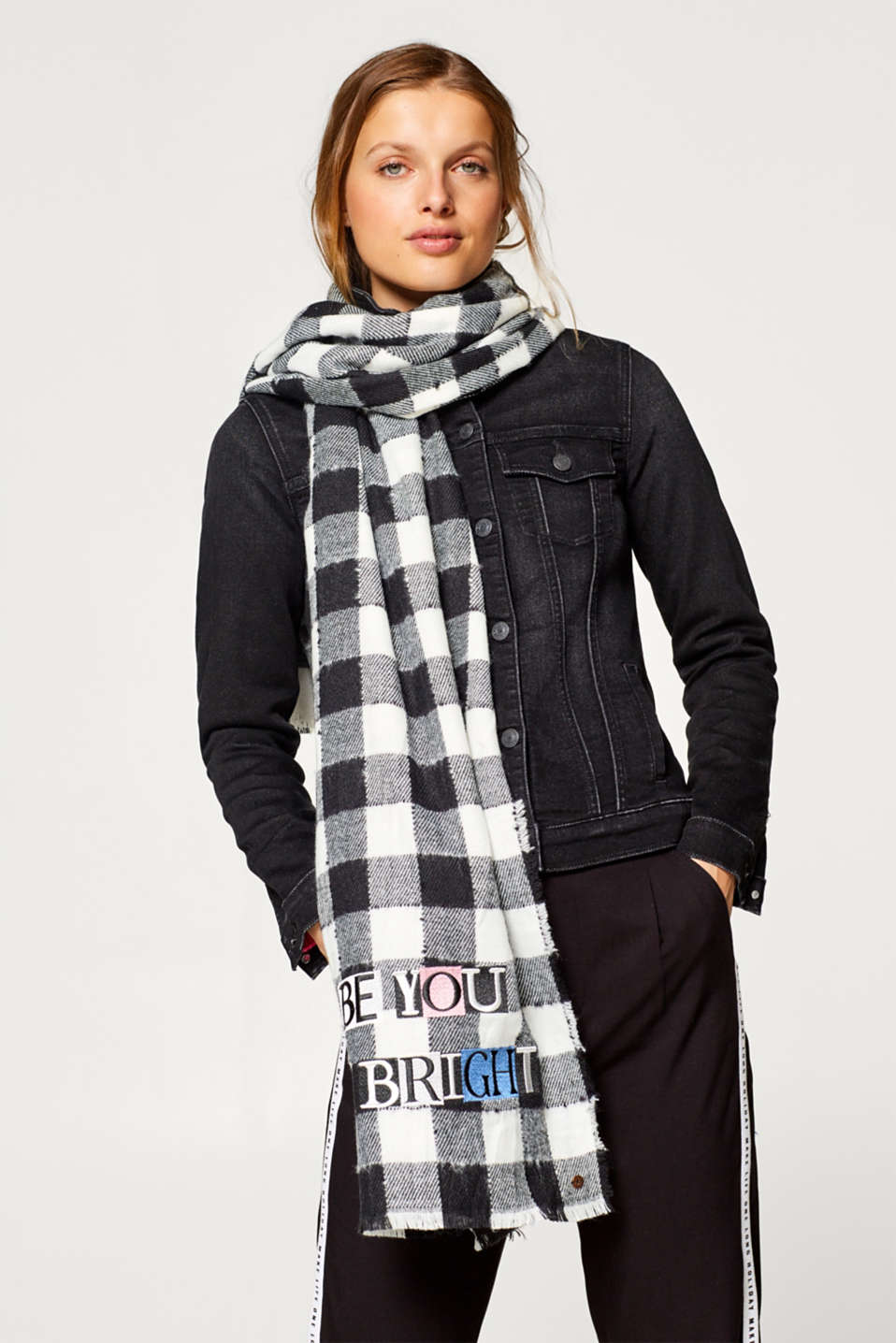 Woven scarf with checks and a statement