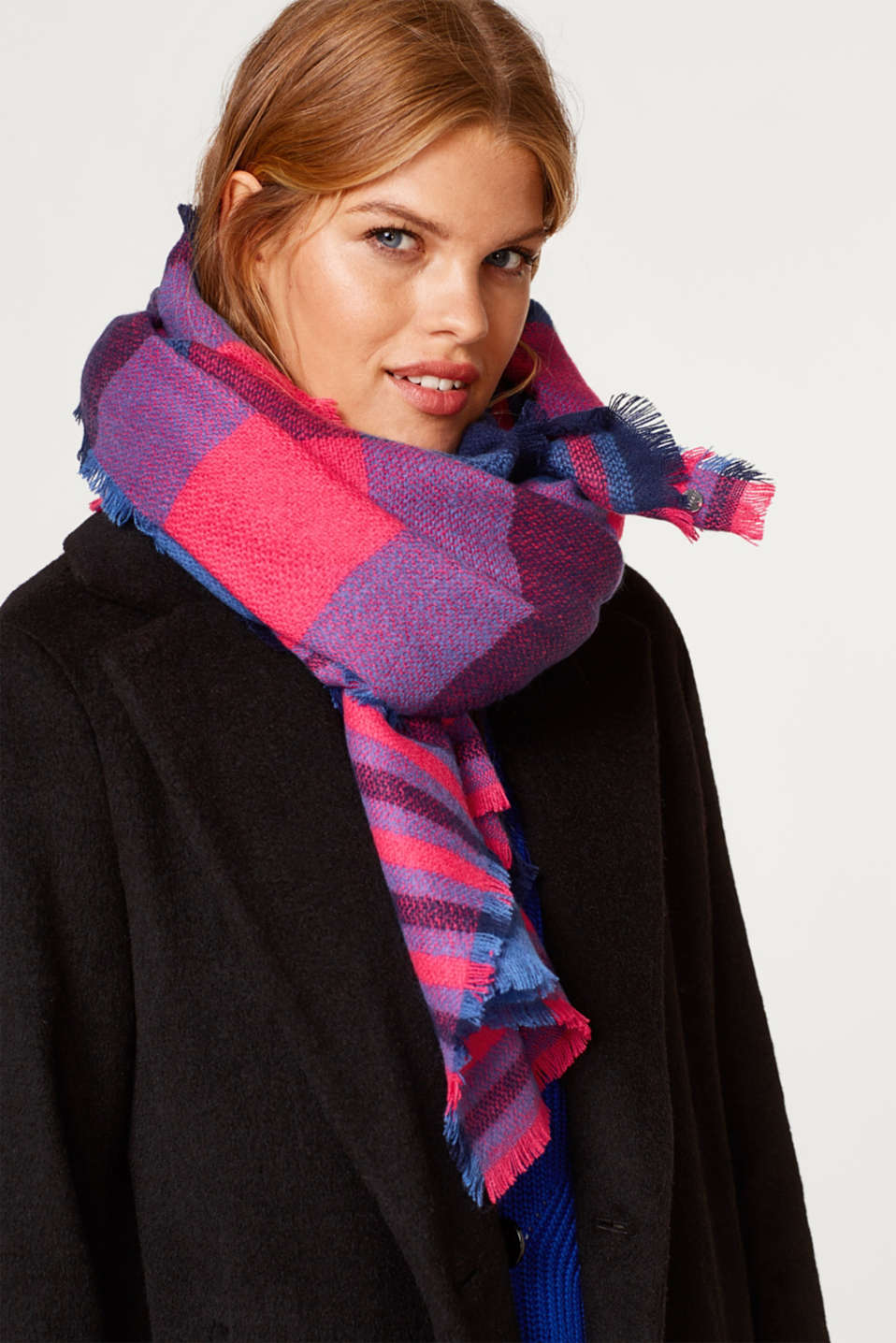 Woven scarf with a check pattern