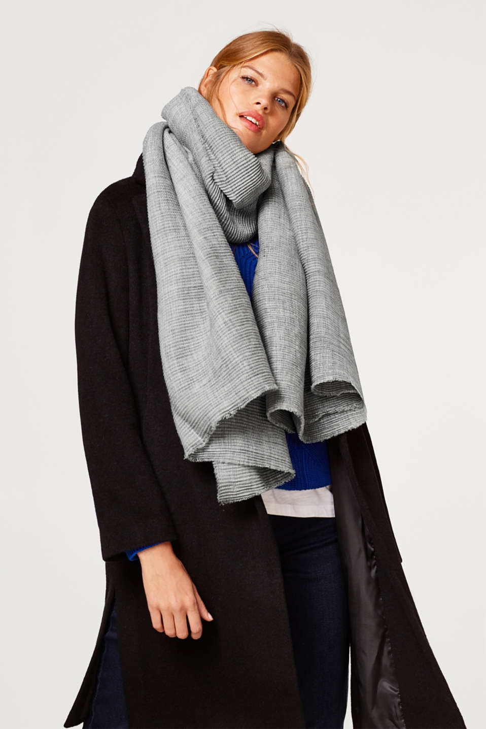 Pleated scarf with fine fringing