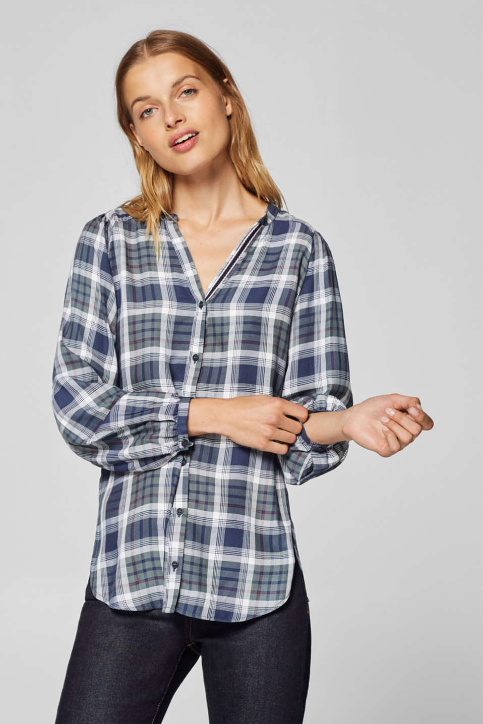 Esprit - Checked blouse with a V-neckline