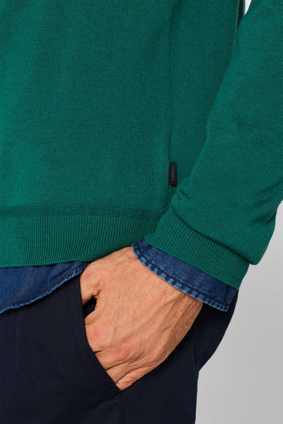 100% merino wool: V-neck jumper, EMERALD GREEN, detail image number 2