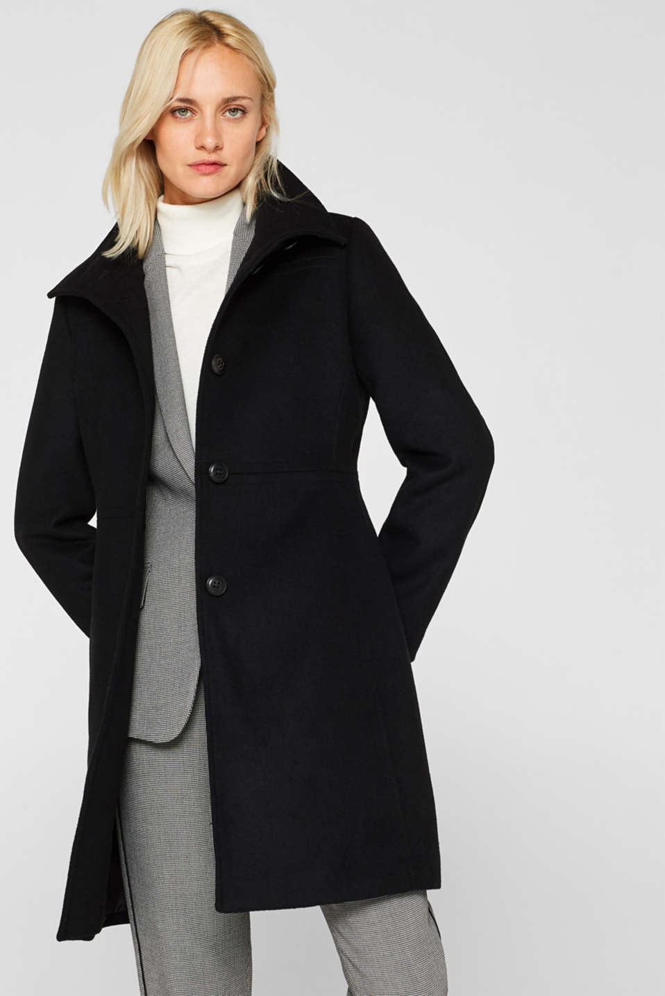 With wool: Coat with an adjustable collar