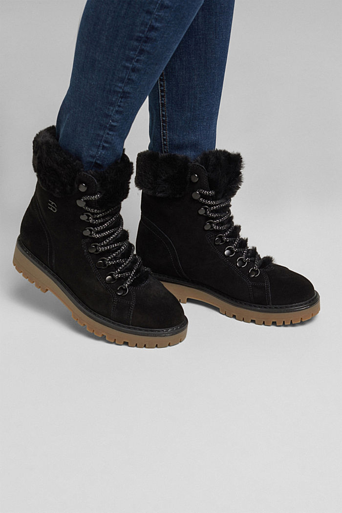 Lace-up boots made of leather with fur lining