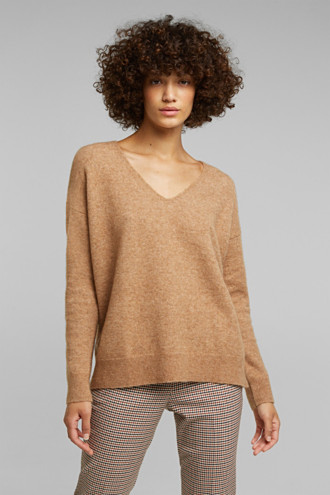 With wool and llama: V-neck jumper