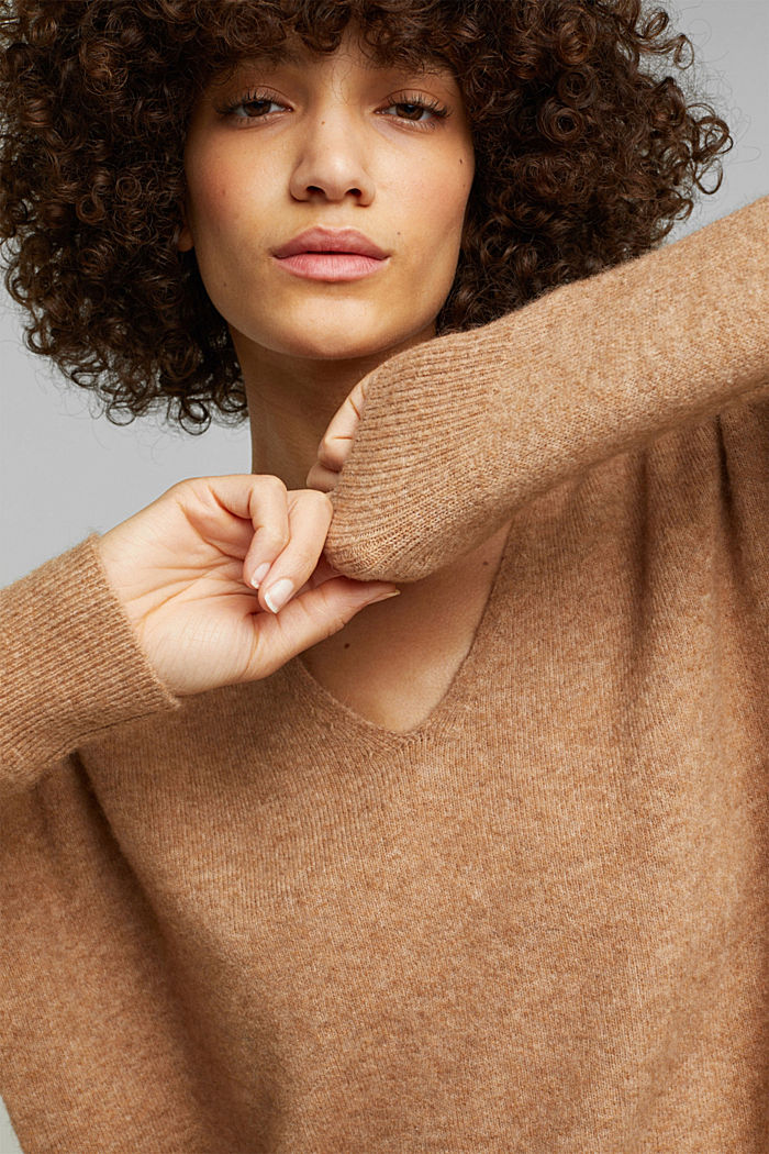 With wool and llama: V-neck jumper, BEIGE, detail image number 5