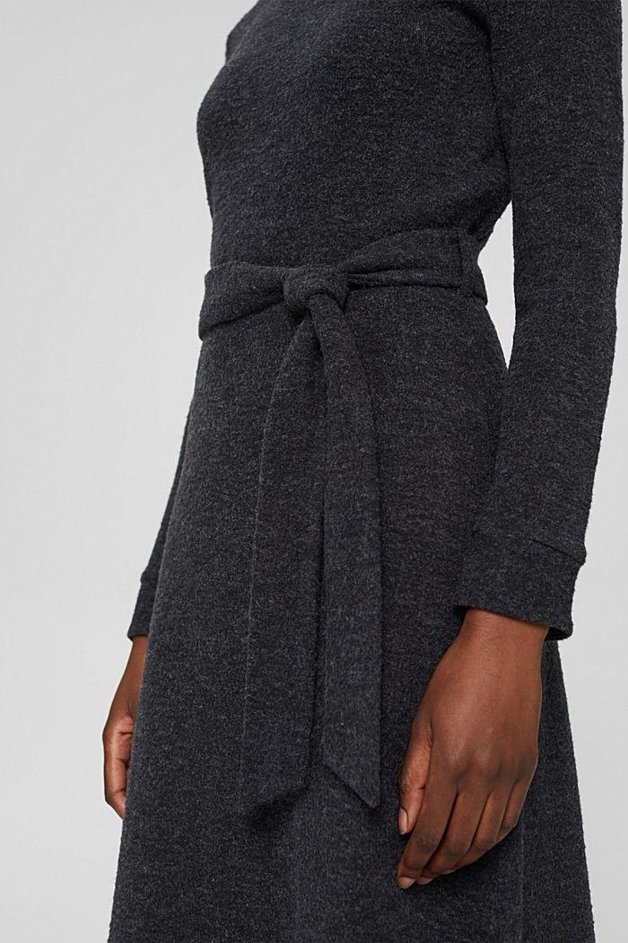 En matière recyclée: la robe en maille à ceinture, GUNMETAL, detail image number 3