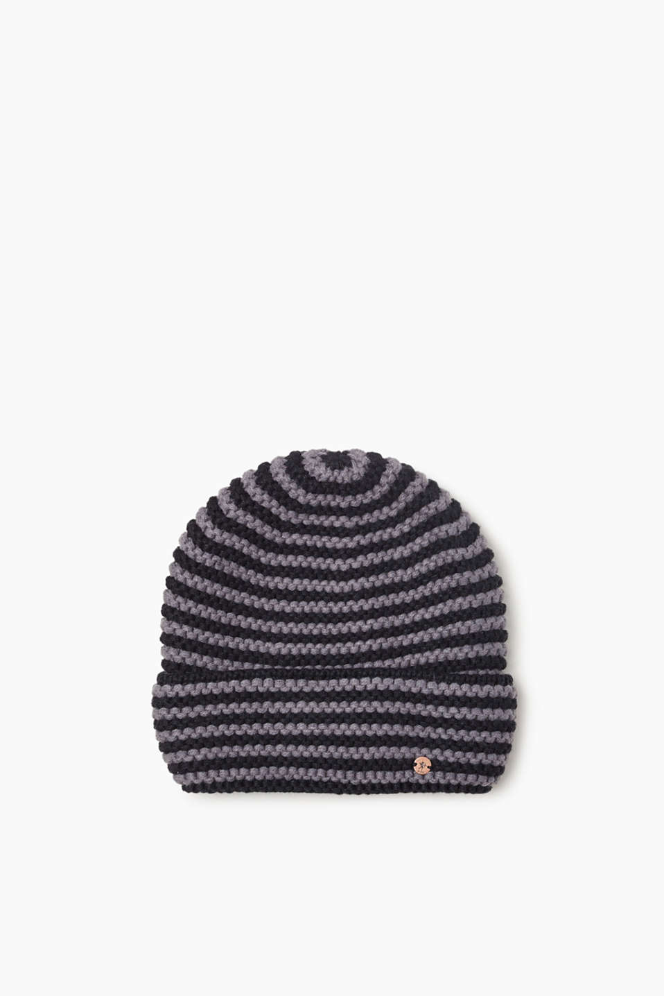 We love knitwear! The two-tone 3D knit yarn makes this beanie a favourite for the cold season.