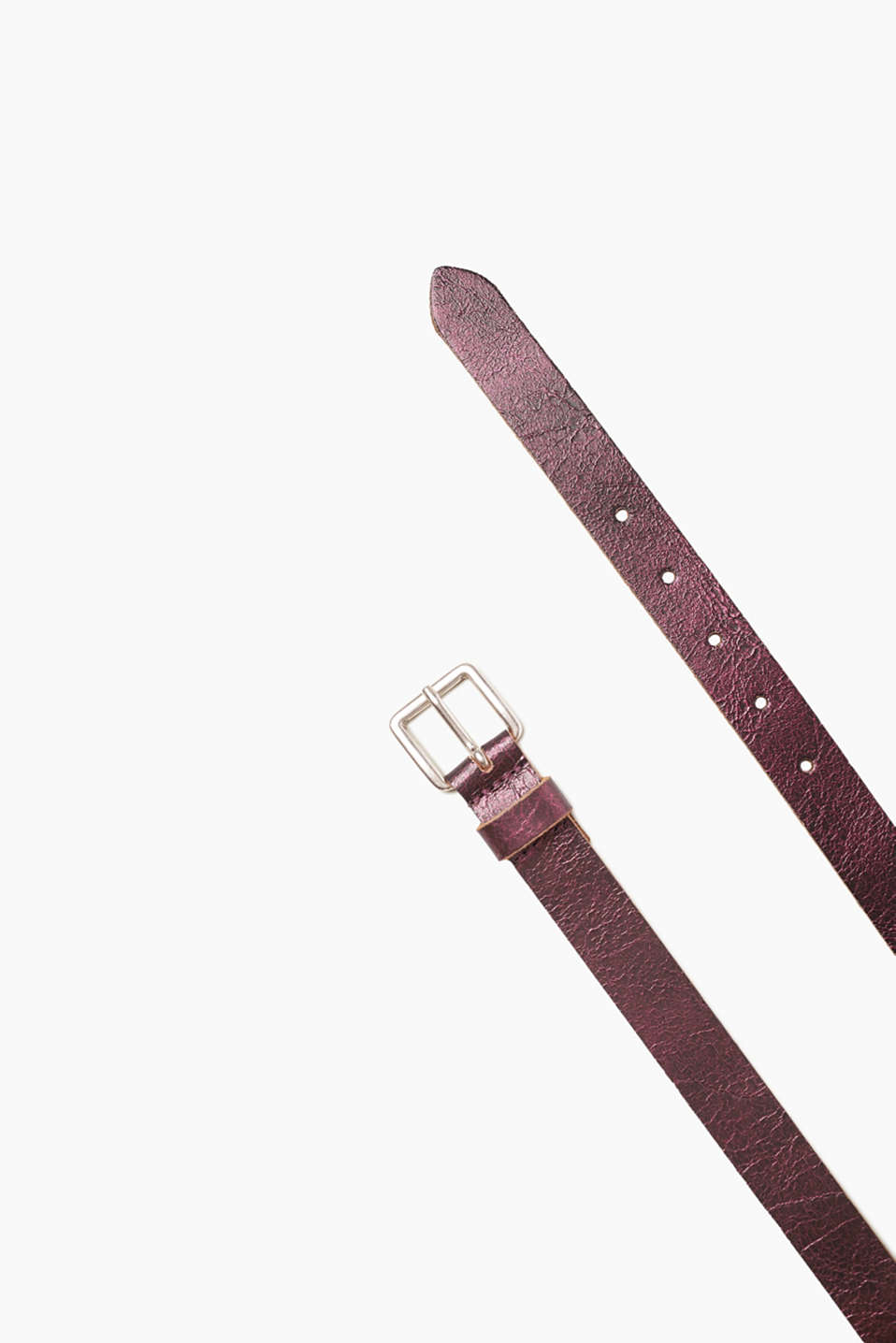 An eye-catching accessory! This belt is bound to impress with its metallic vintage finish.