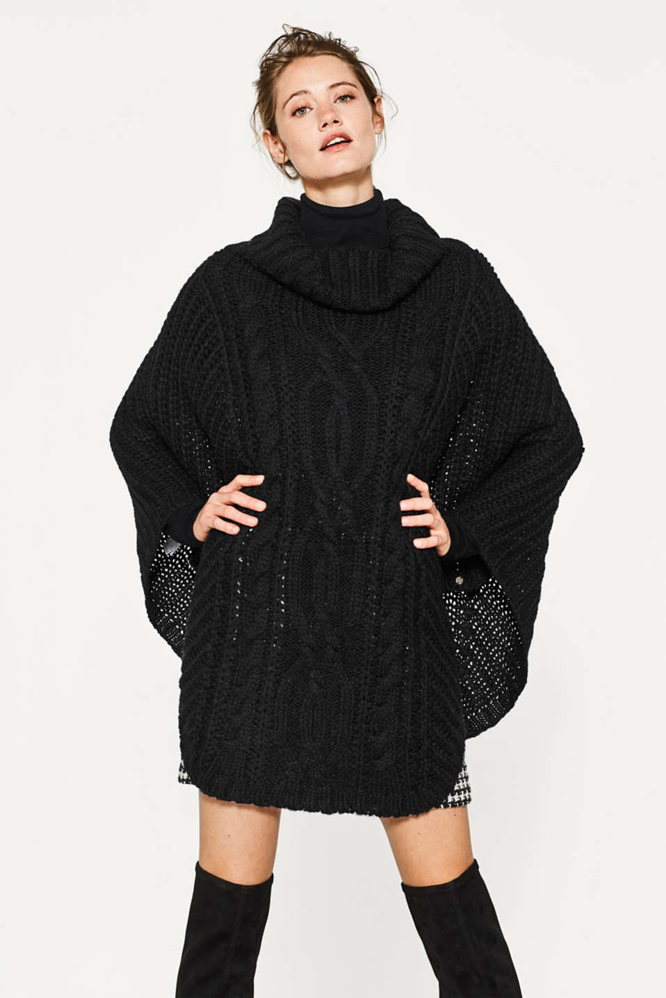 A striking cable pattern and an exquisite material mix of wool and mohair: this poncho is a highlight