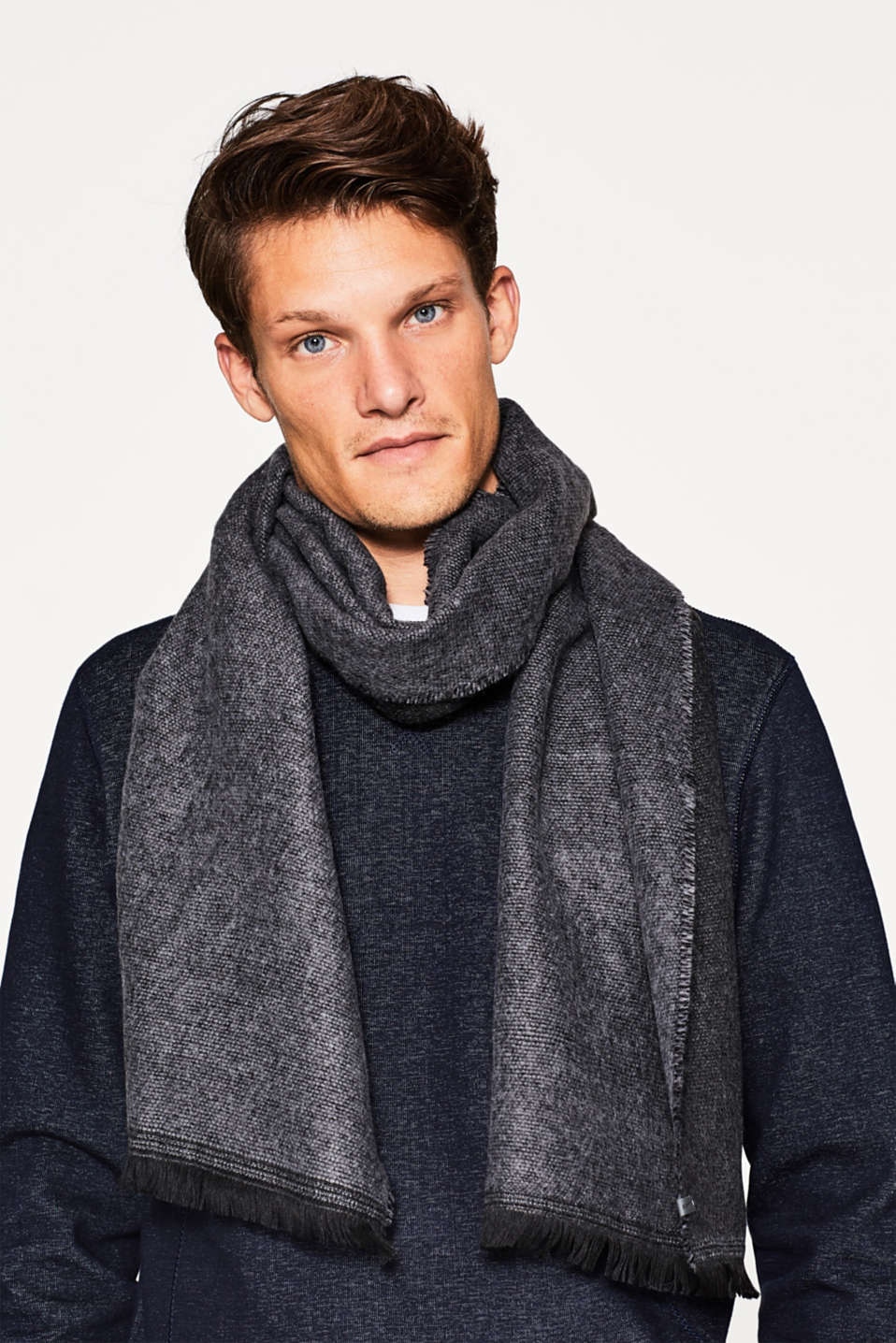 Fine woven scarf in a two-tone style