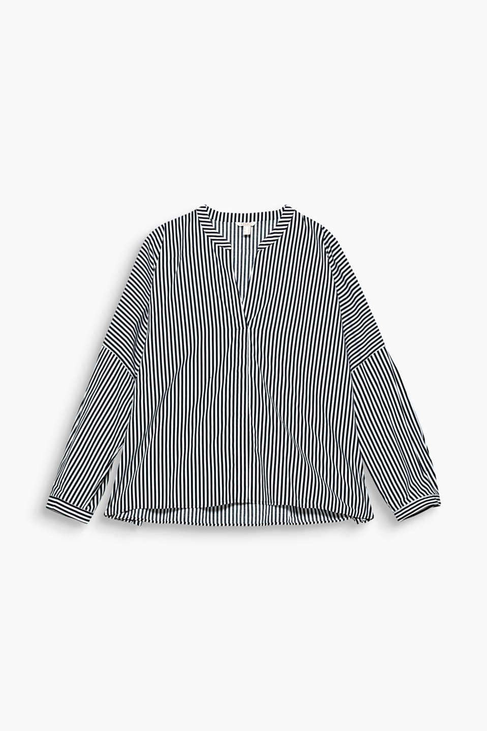 A super-wide, oversized design and trendy stripes turn this cotton blouse into an it-piece!