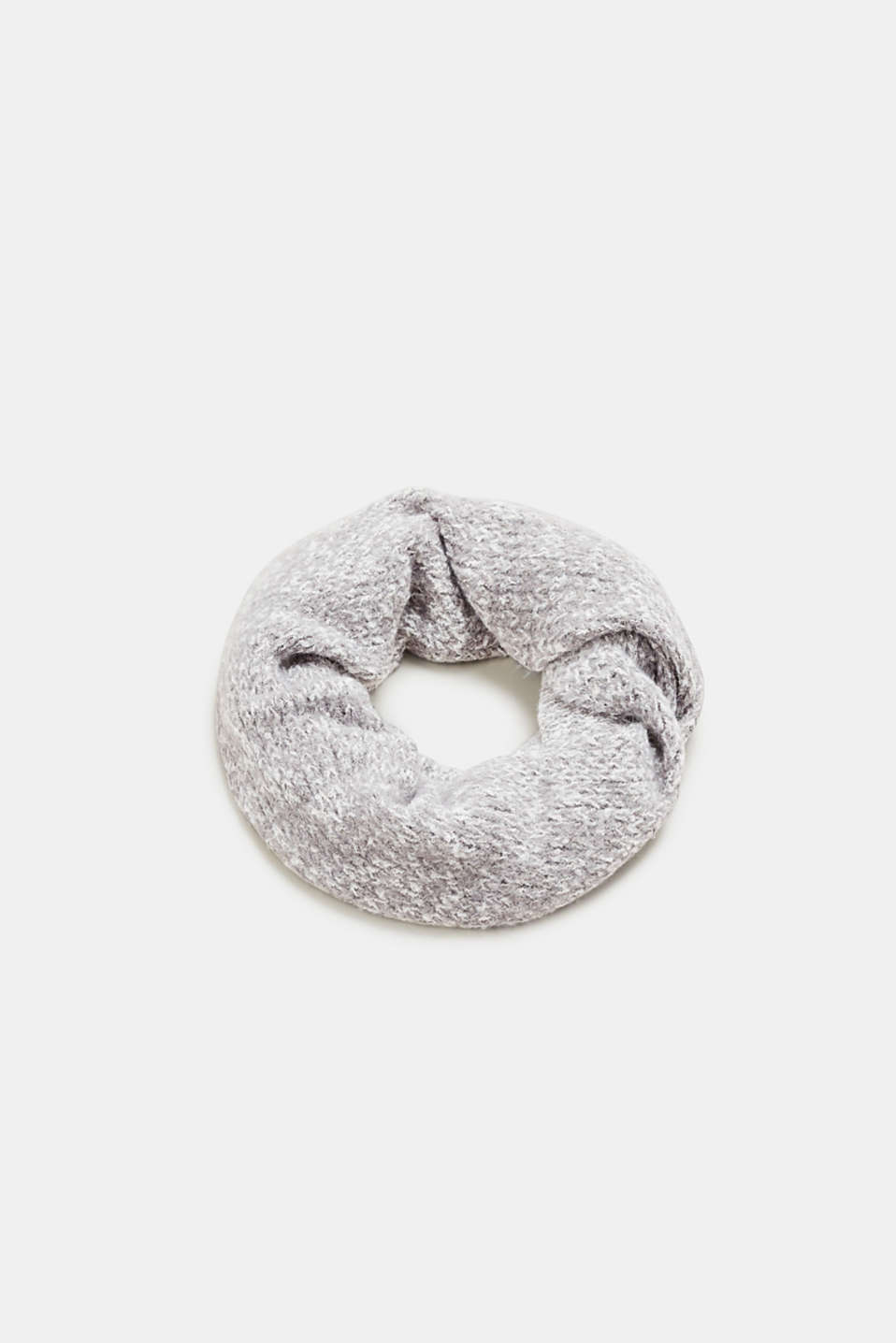 We love knitwear! The distinctive knit with effect yarn makes this scarf a head-turner.