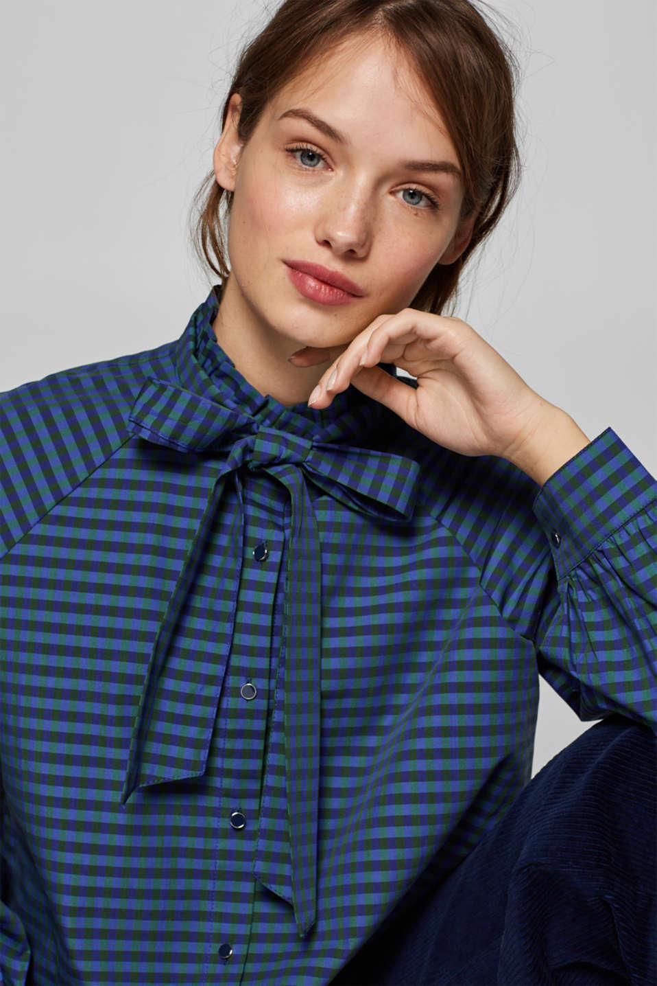 Esprit - Checked pussycat bow blouse with a frilled collar