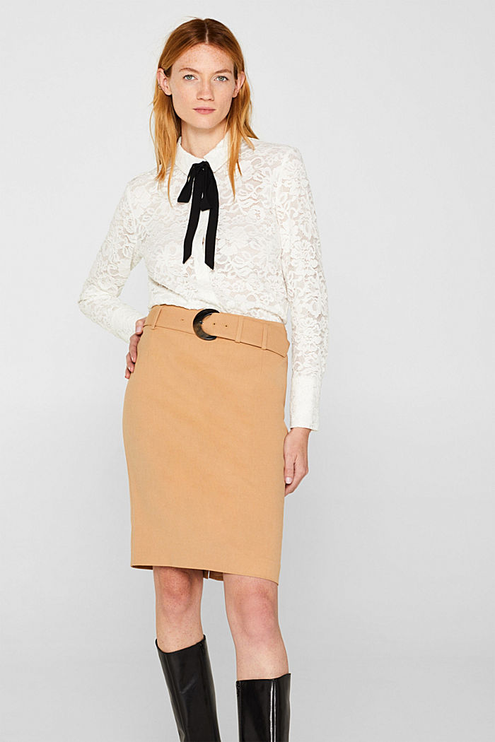 High-waisted skirt with a belt