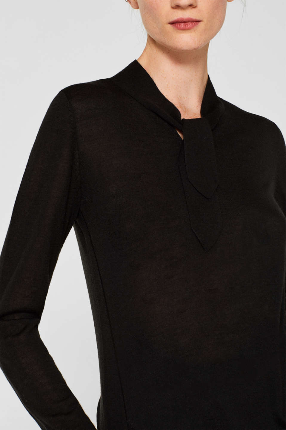 With merino wool: jumper with a pussycat bow