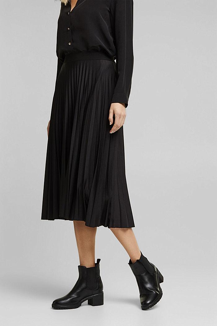 Pleated skirt with an elasticated waistband