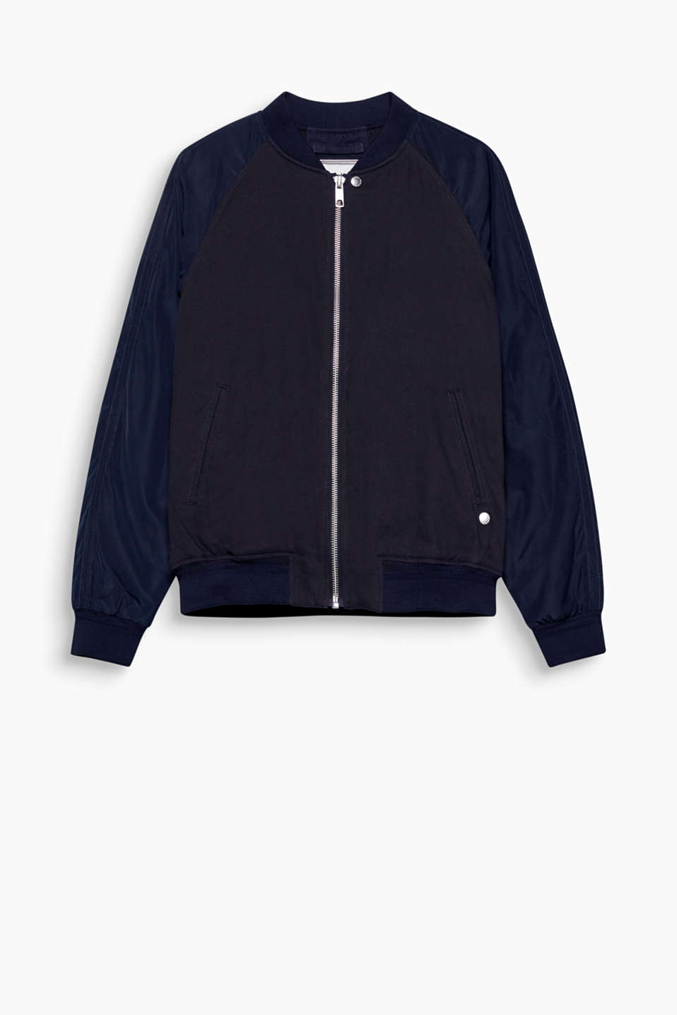For indoors or outdoors: this bomber jacket boasts a sporty, simple design.