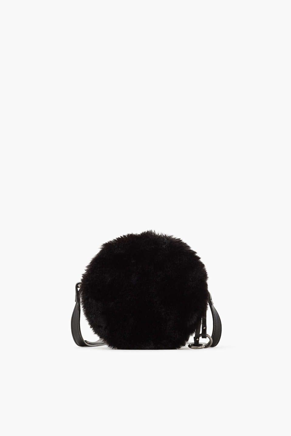 Your IT bag for the winter! The fantastic fusion of faux leather and fake fur makes this bag extremely eye-catching.