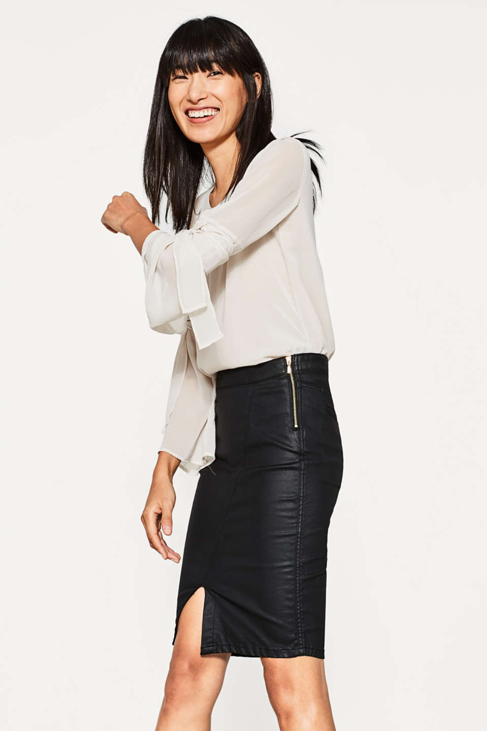 Esprit - Pencil skirt with a zip in coated denim