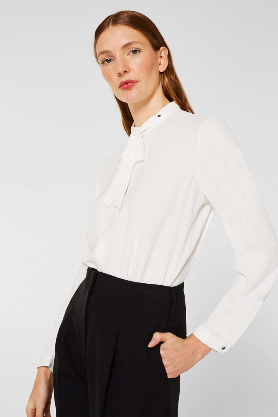Crêpe blouse with an adjustable collar
