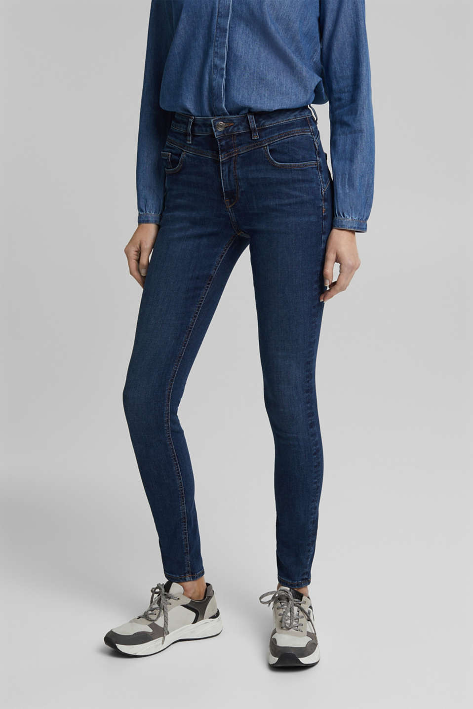 Esprit - Recycled: Shaping jeans made of organic cotton