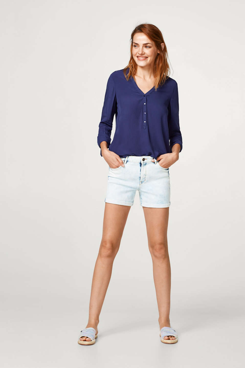 Seidige Henley-Bluse mit Turn-up-Ärmeln