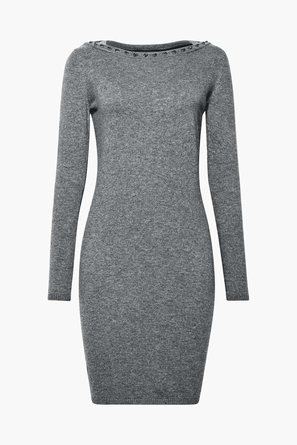 This figure-enhancing knitted dress with soft cashmere and sparkling gemstones on the neckline is soft and elegant!