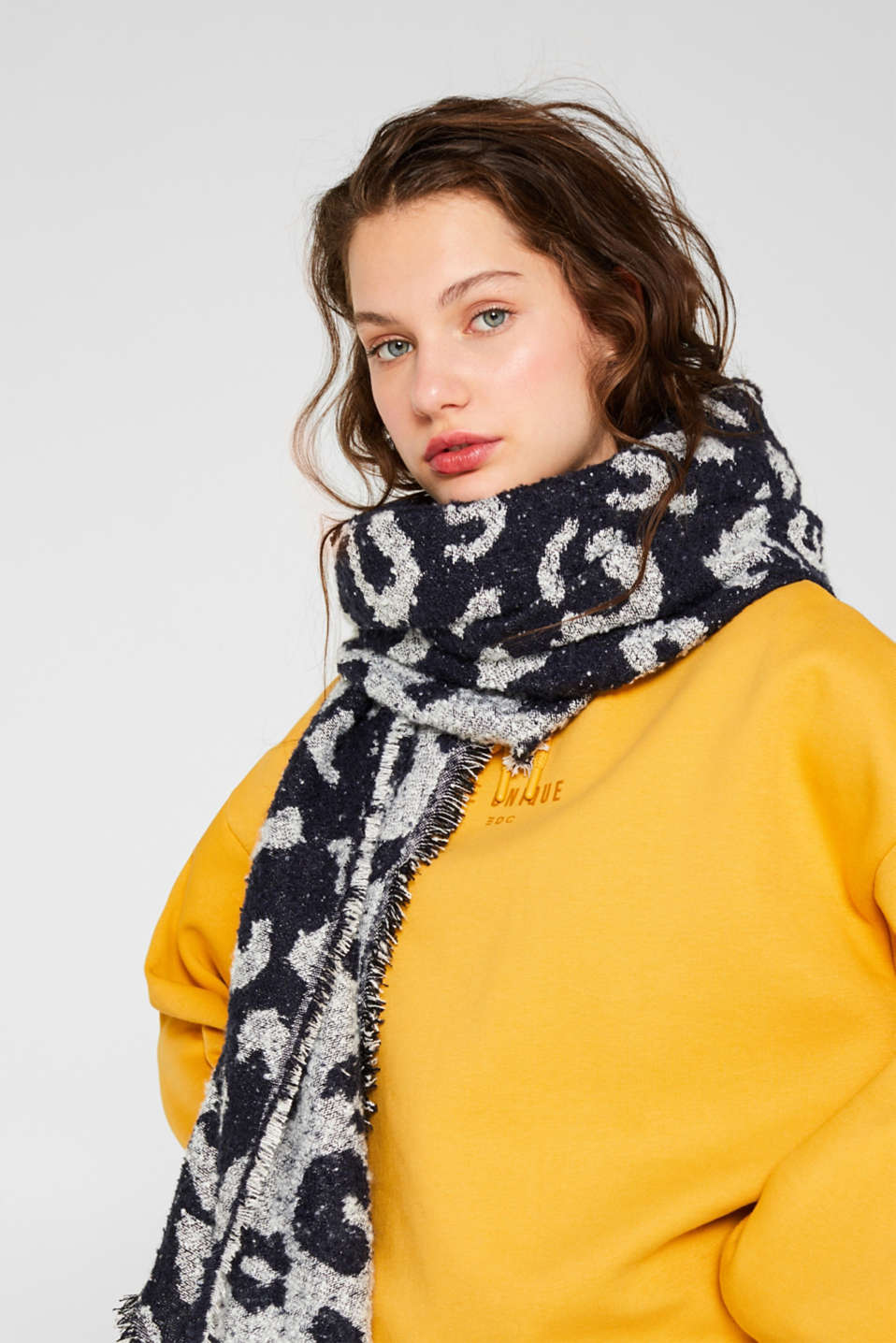 Scarf with interwoven animal pattern, BRIGHT BLUE, detail image number 1