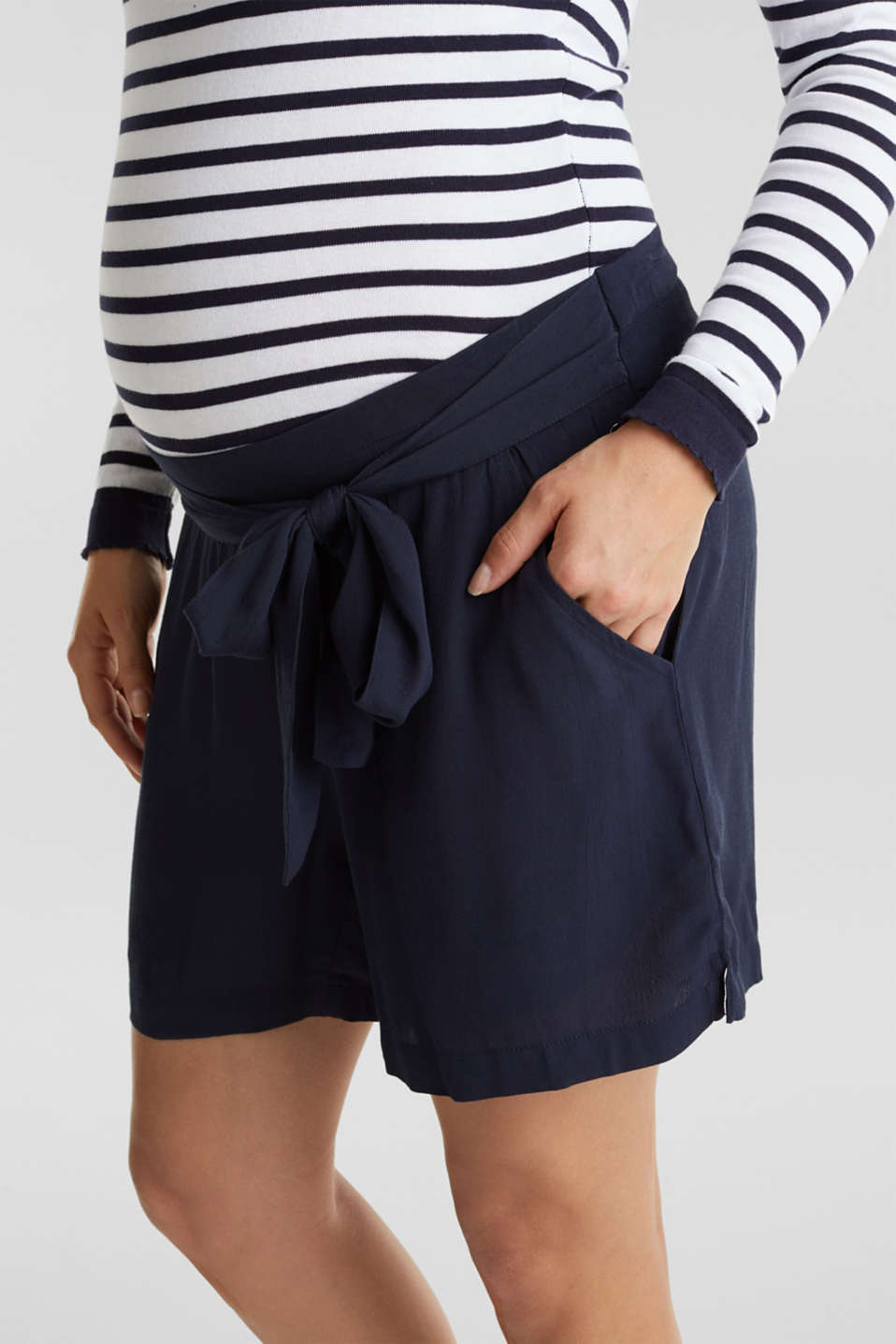 Crêpe shorts with an under-bump waistband, LCNIGHT BLUE, detail image number 2
