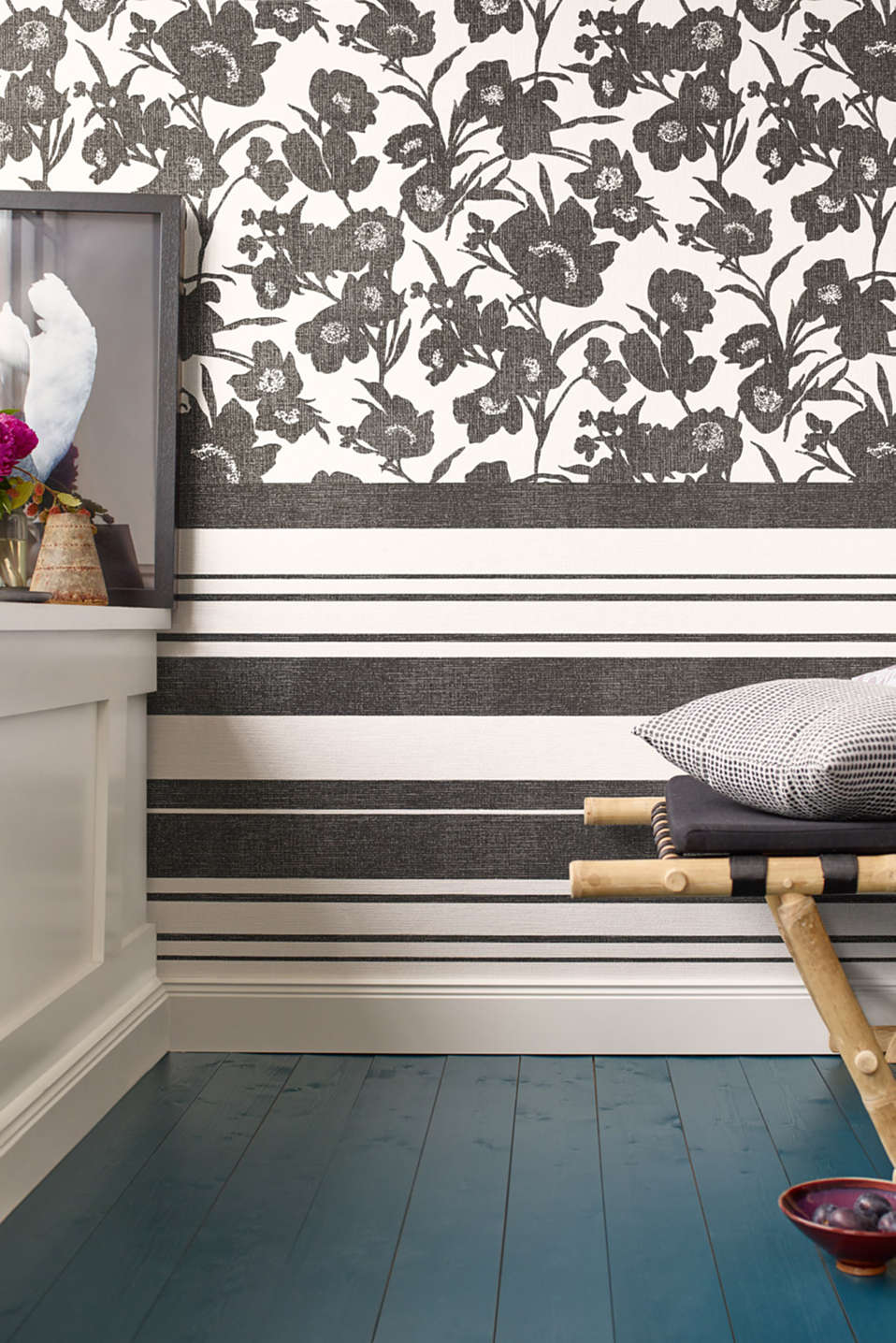 Non-woven wallpaper in a floral design, BLACK/WHITE, detail image number 2