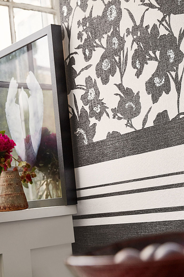 Non-woven wallpaper in a floral design, BLACK/WHITE, detail image number 3
