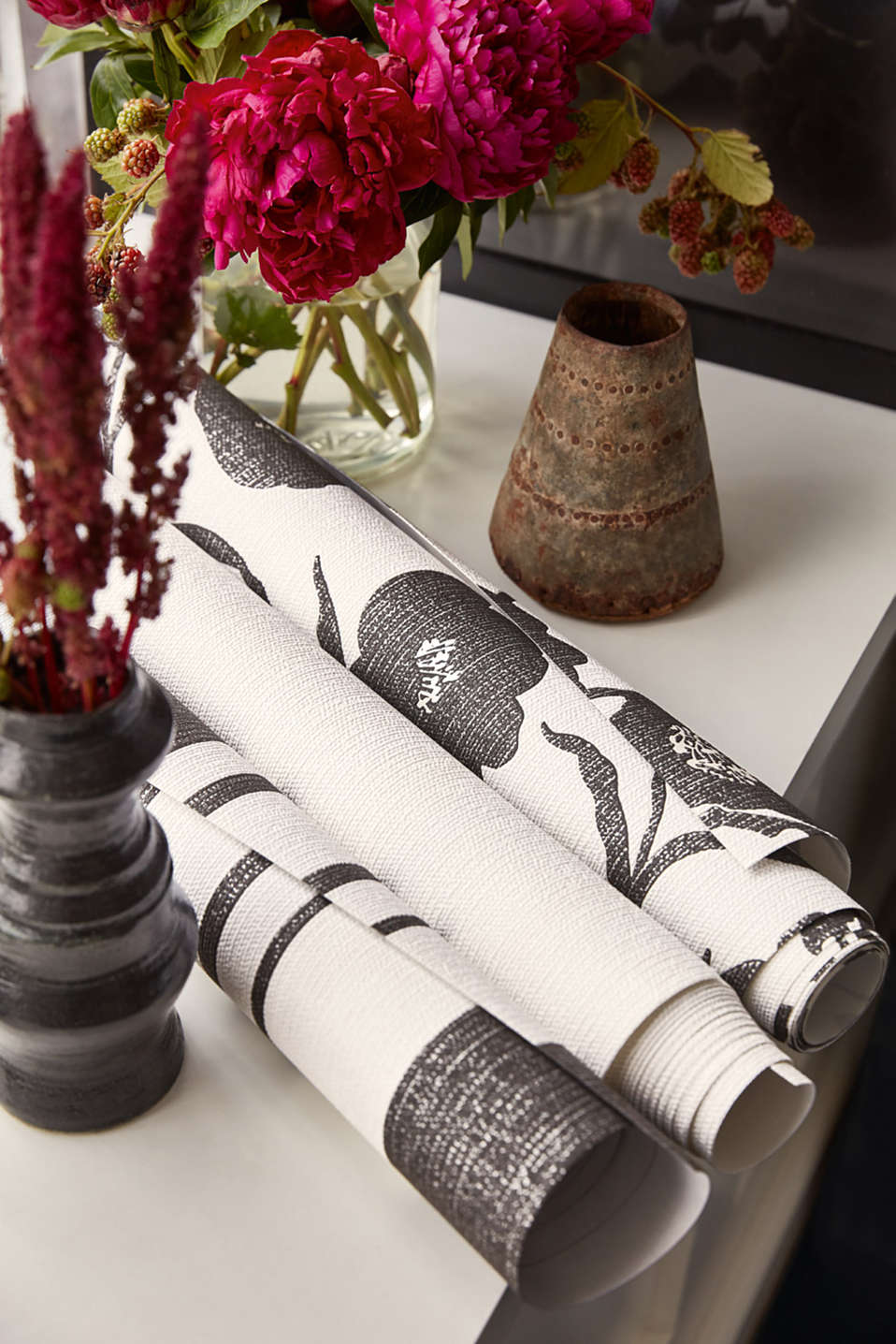 Non-woven wallpaper in a floral design, BLACK/WHITE, detail image number 5