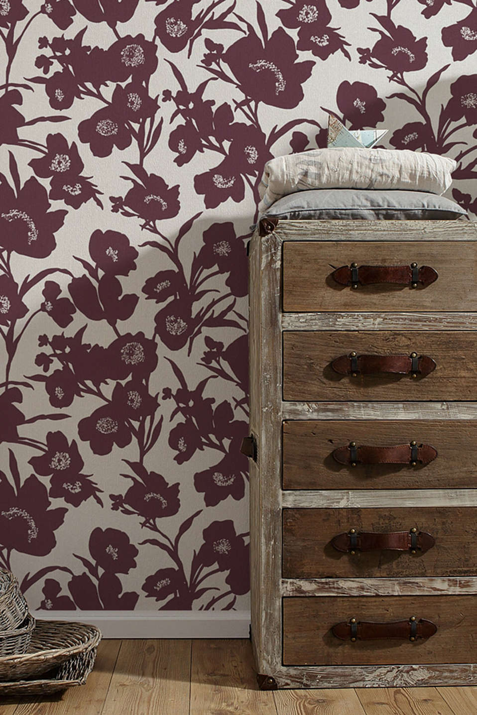 Non-woven wallpaper in a floral design, BURGUNDY, detail image number 2