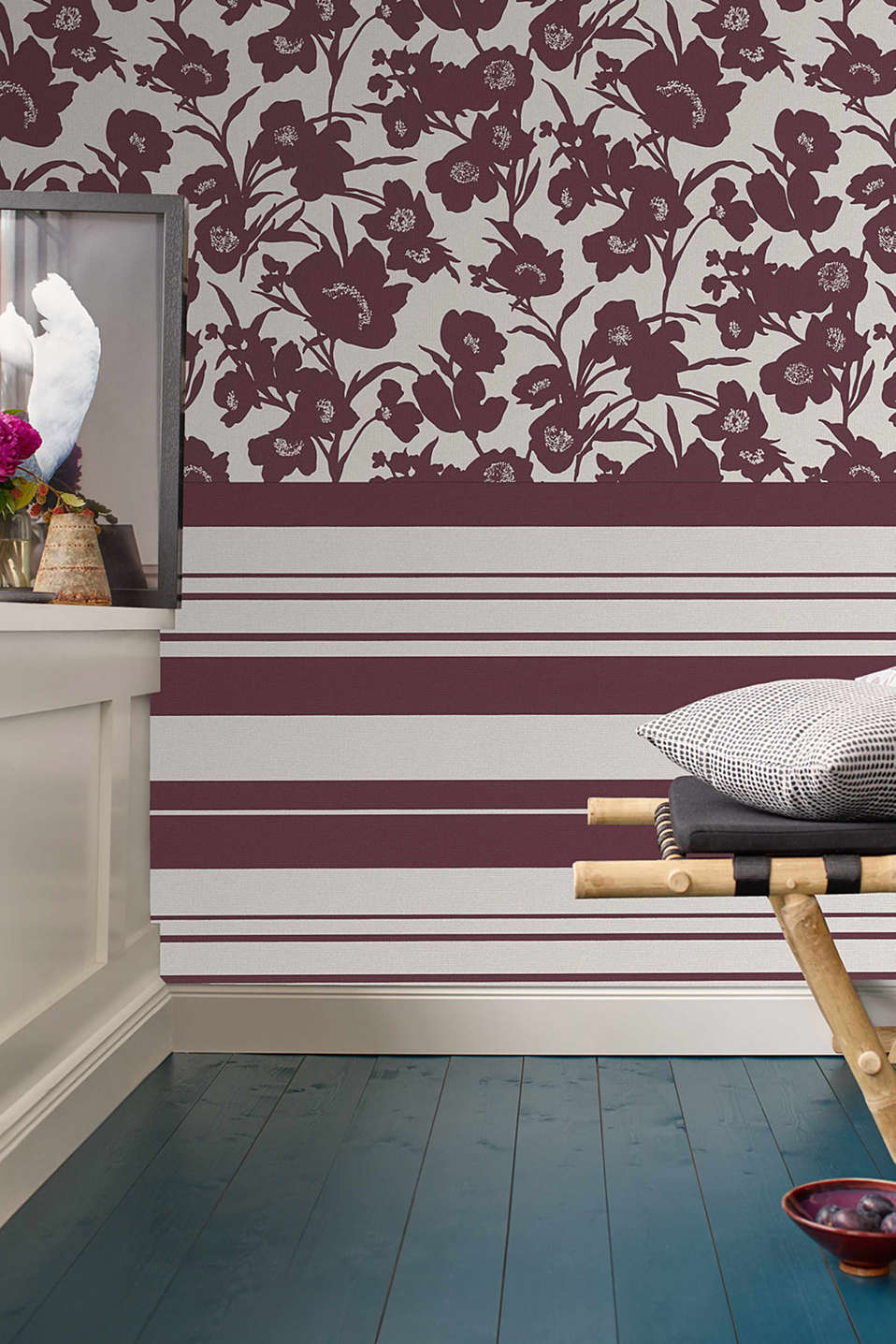 Non-woven wallpaper in a floral design, BURGUNDY, detail image number 3